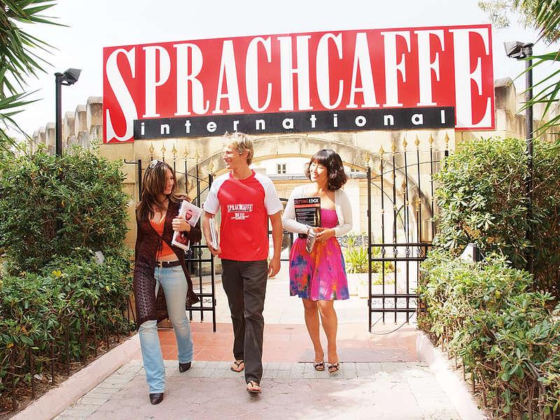 Škola angličtiny Sprachcaffe Malta, areál školy s největším bazénem na Maltě