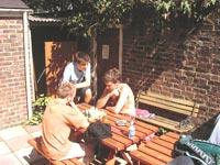 Škola angličtiny Swandean/CES School of English, studenti školy na zahradě