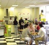 Škola angličtiny St Giles, společenská místnost s kantýnou