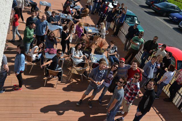 Studenti na terase školy