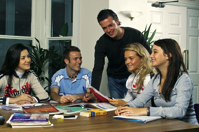 Studenti školy při výuce