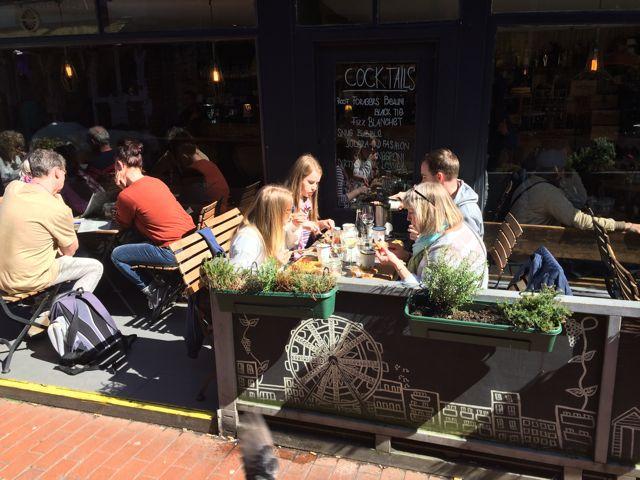 Studenti v restauraci v Brightonu