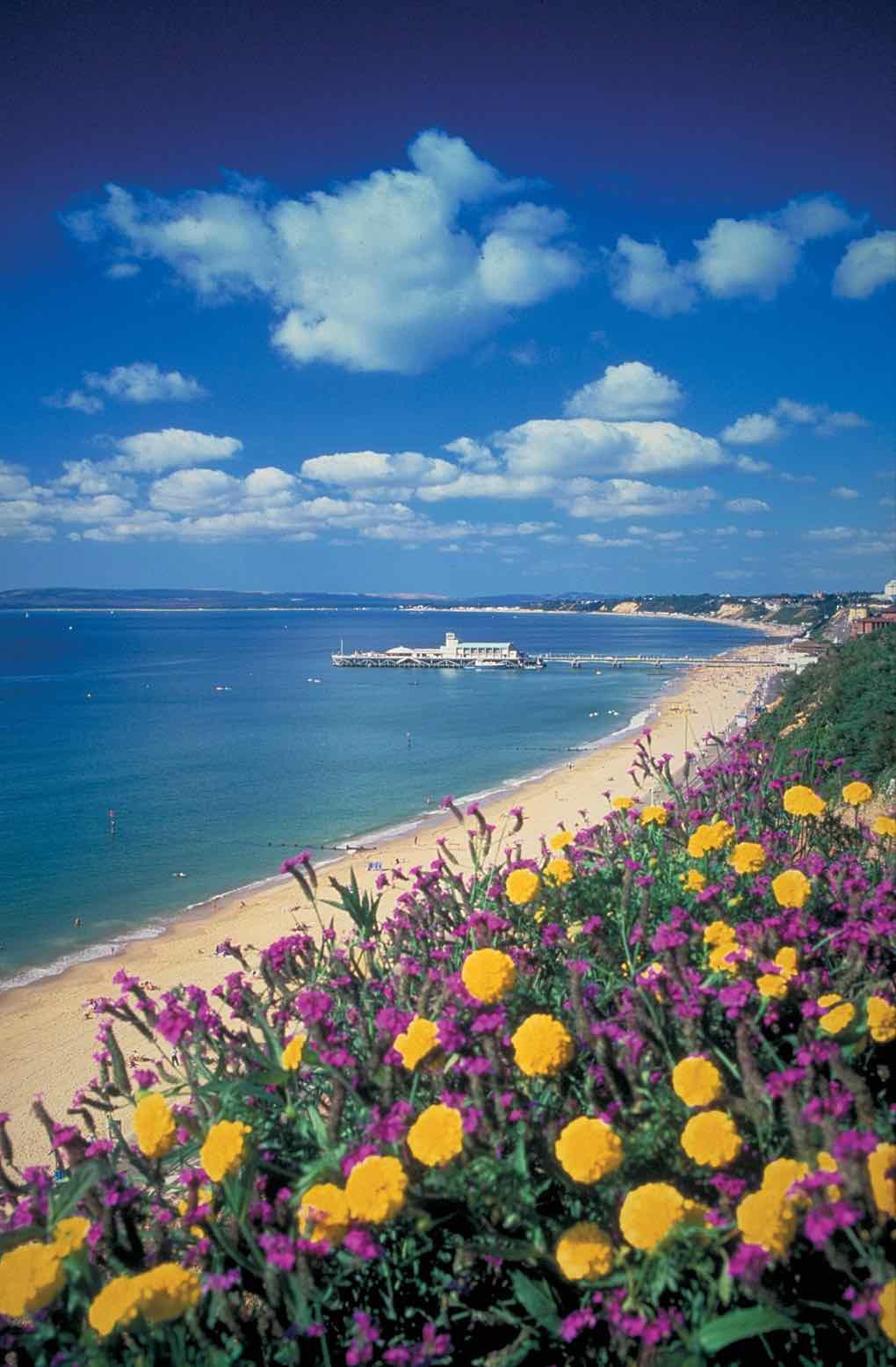 Pláž a molo v Bournemouth