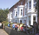 Škola angličtiny Swandean/CES School of English, studenti před budovou školy