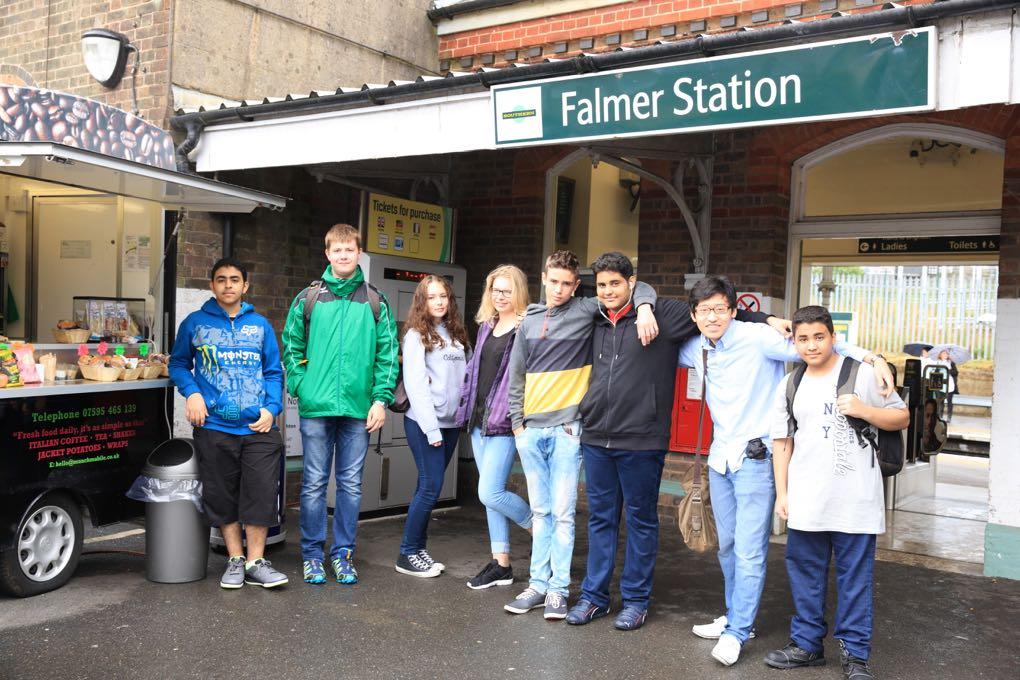Studenti přes stanicí Falmer