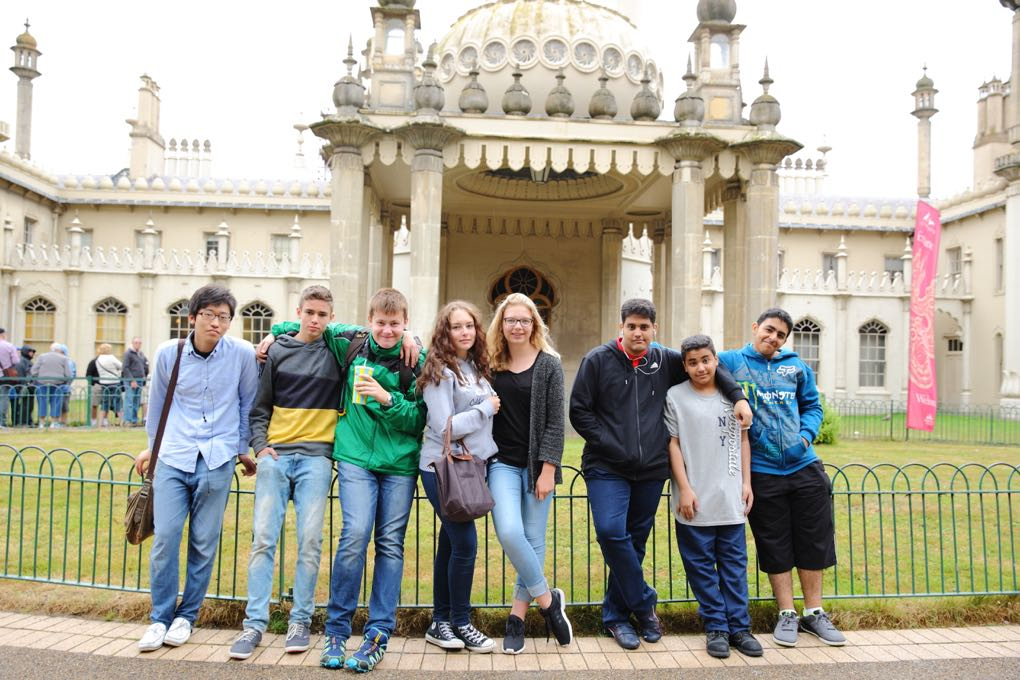 Studenti na výletě u Royal Pavilion