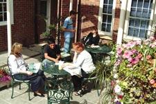 Škola angličtiny Kingsway English Centre, zahradní posezení