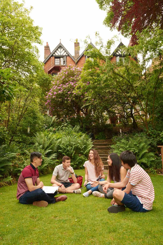 Studenti o přestávce na školní zahradě
